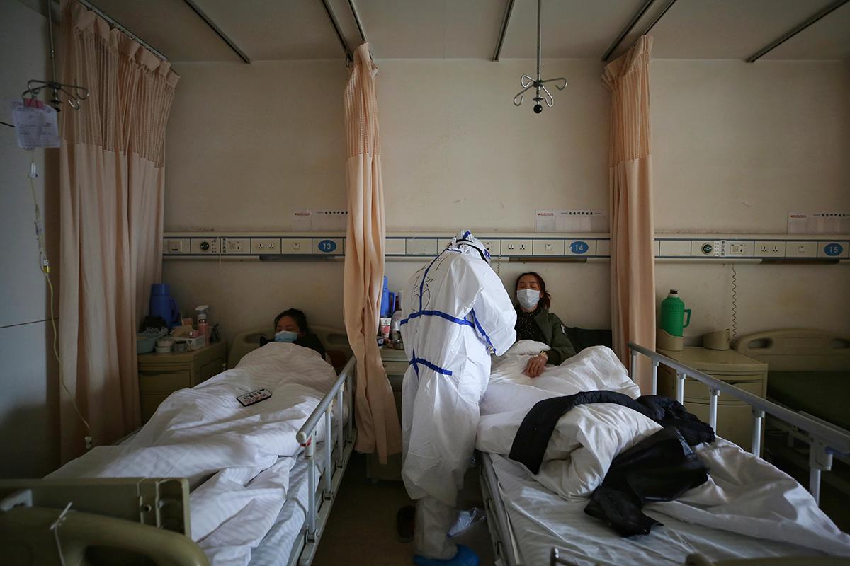 2020年3月,武汉一家医院内的新冠病毒患者正在接受治疗。(图:AFP)