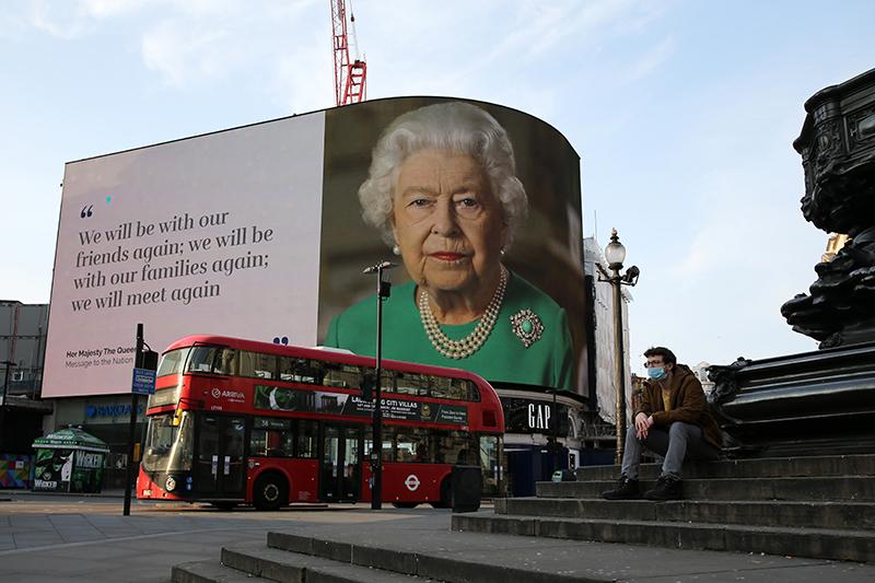 2020年4月,英国女王伊丽莎白二世就新冠疫情发表特别演讲的图像出现在英国街头的大幅广告牌上。这是女王在位68年以来,第五次发表特别演讲。(图:AFP)