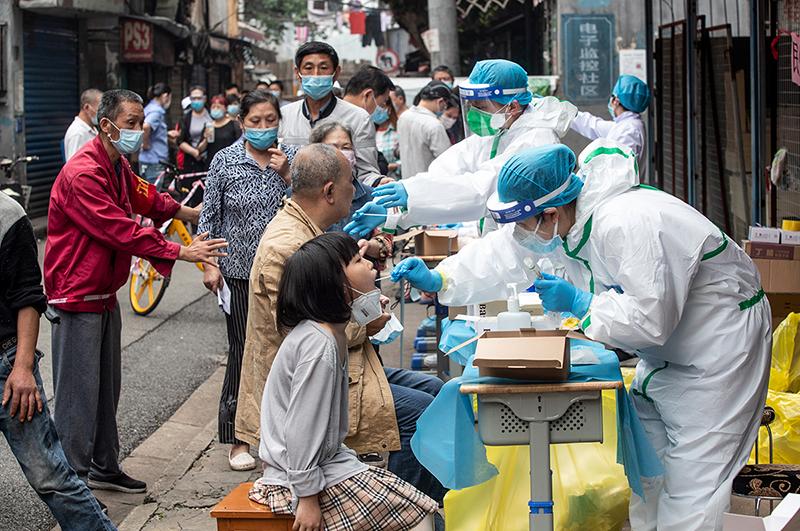 2020年5月15日,在湖北武汉的一条街道上,居民排队等待接受新型冠状病毒检测。(图: STR / AFP )