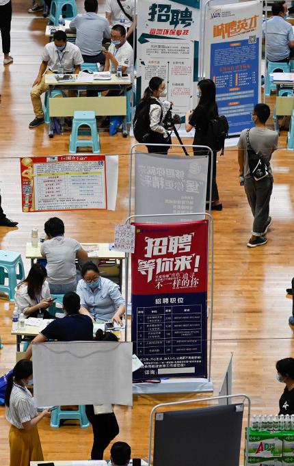 2020年7月25日,河南郑州一招聘会现场。(图:AFP)
