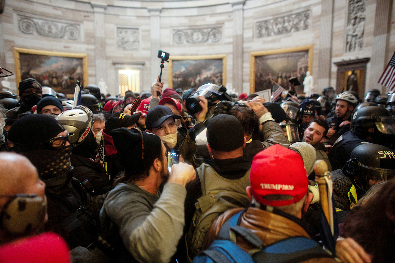 1月6日,进入美国国会山庄的示威者们。