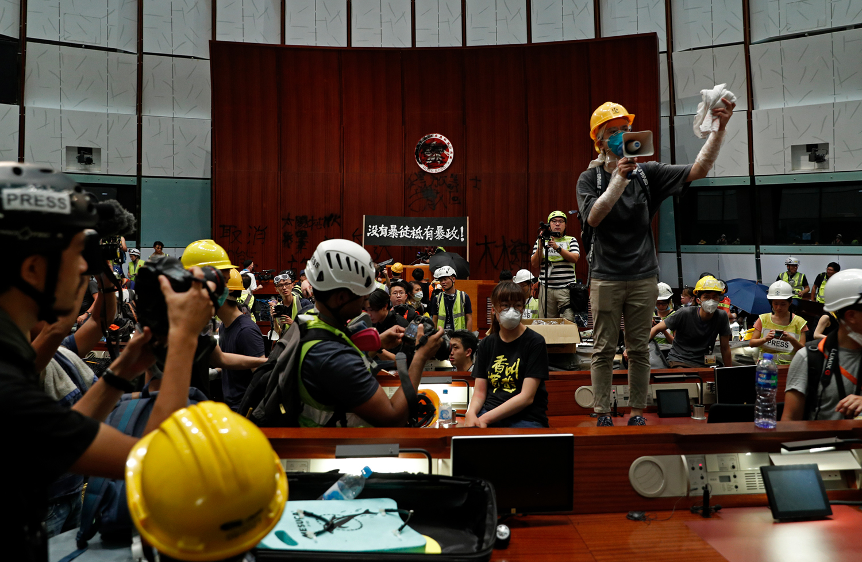 香港2019年的反送中运动中,部分示威者占领了立法会综合大楼。