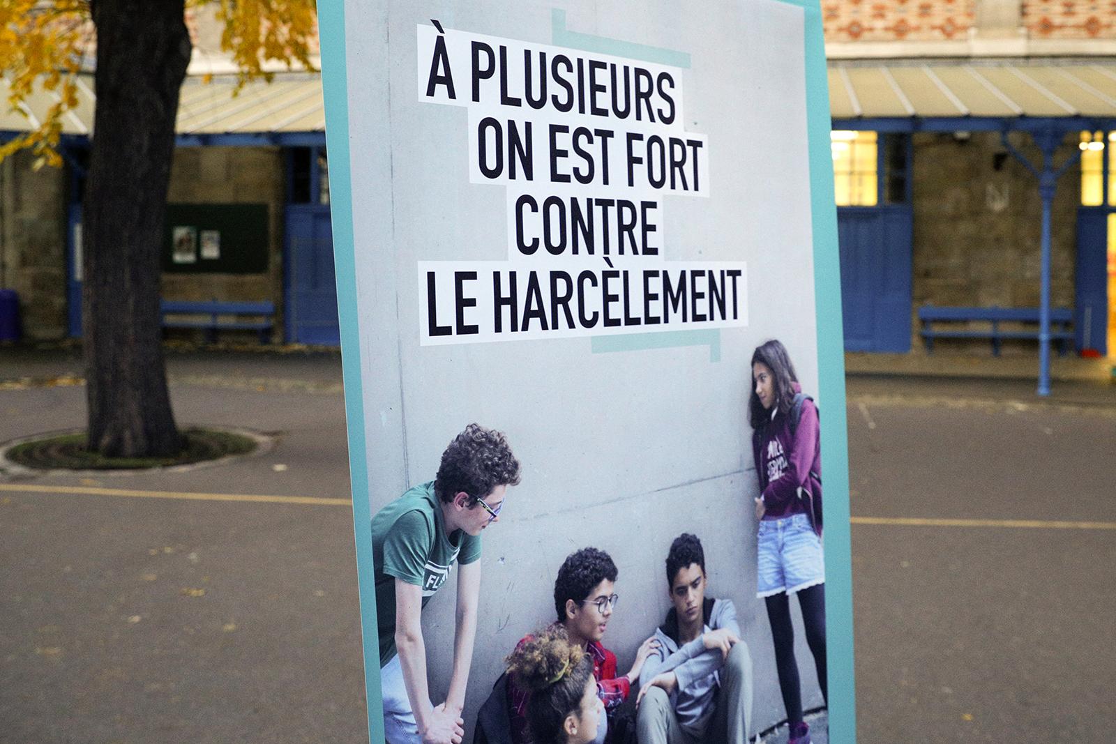 教科文组织于2019年指出,校园暴力与霸凌已成为全球性重要问题。图为法国巴黎中学校园内竖起的反霸凌标语。(图:法新社)