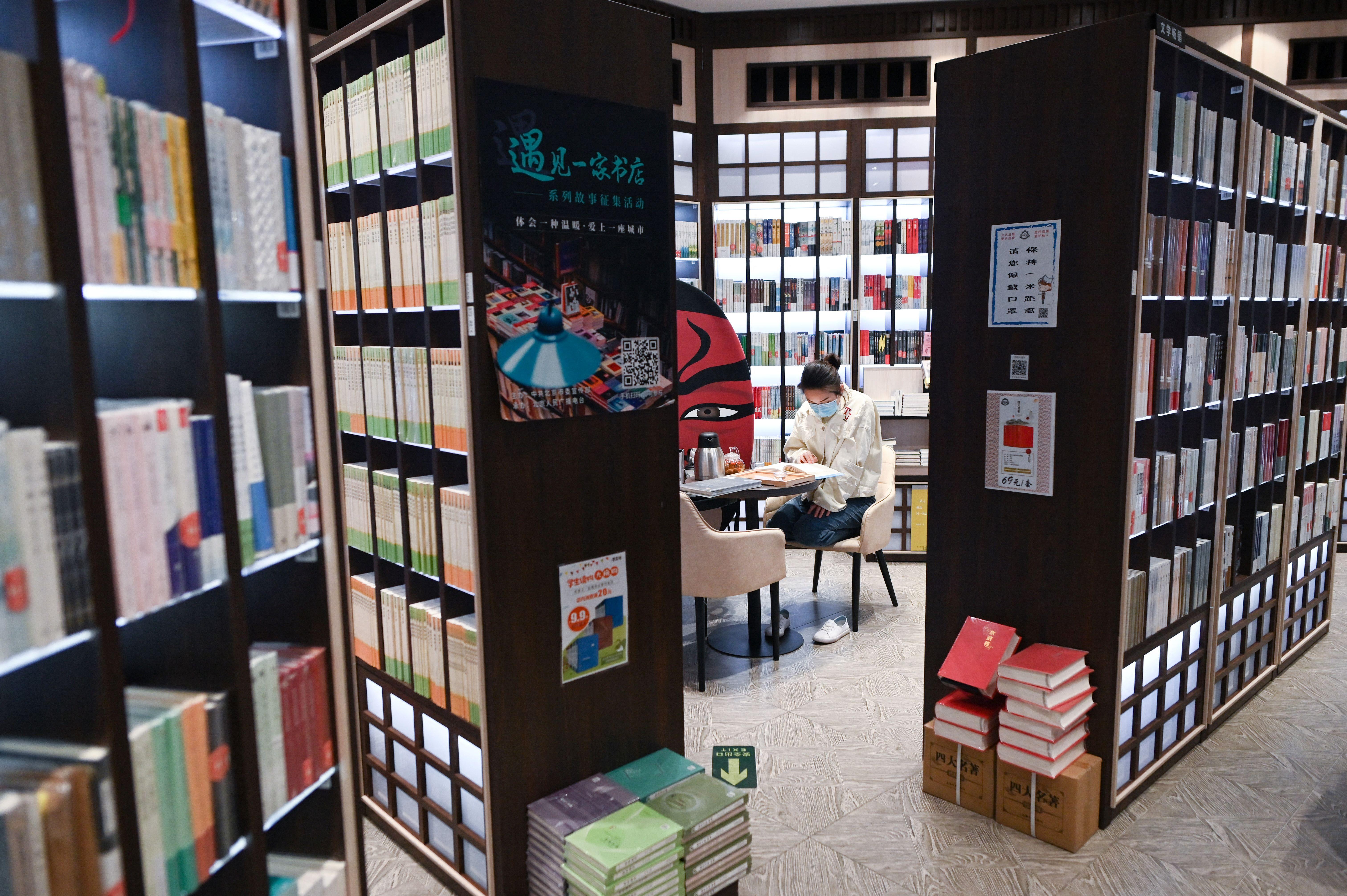 2020年2020年4月23日,一位顾客在北京一家书店内读书。(图:AFP / WANG ZHAO)
