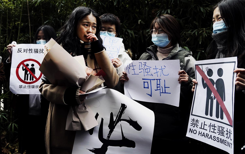 弦子准备上庭前,支持者们在法院外围绕在她身边声援。 (图 : AP)