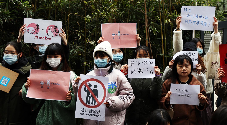 弦子和女权运动的的支持者们。(图:Reuters)
