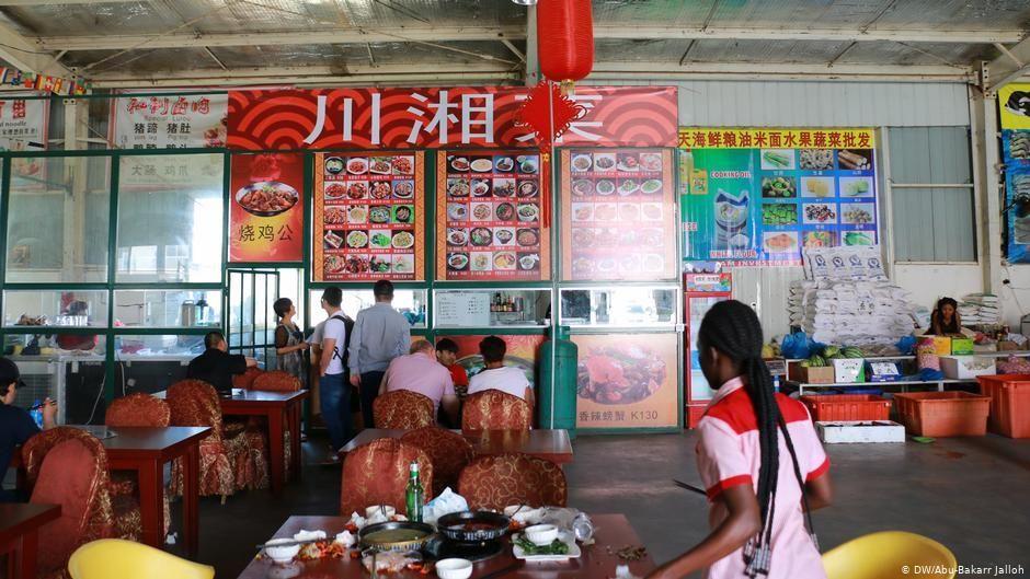 赞比亚一家美食广场里的中国摊位。 (图: DW / Abu-Bakarr Jalloh)