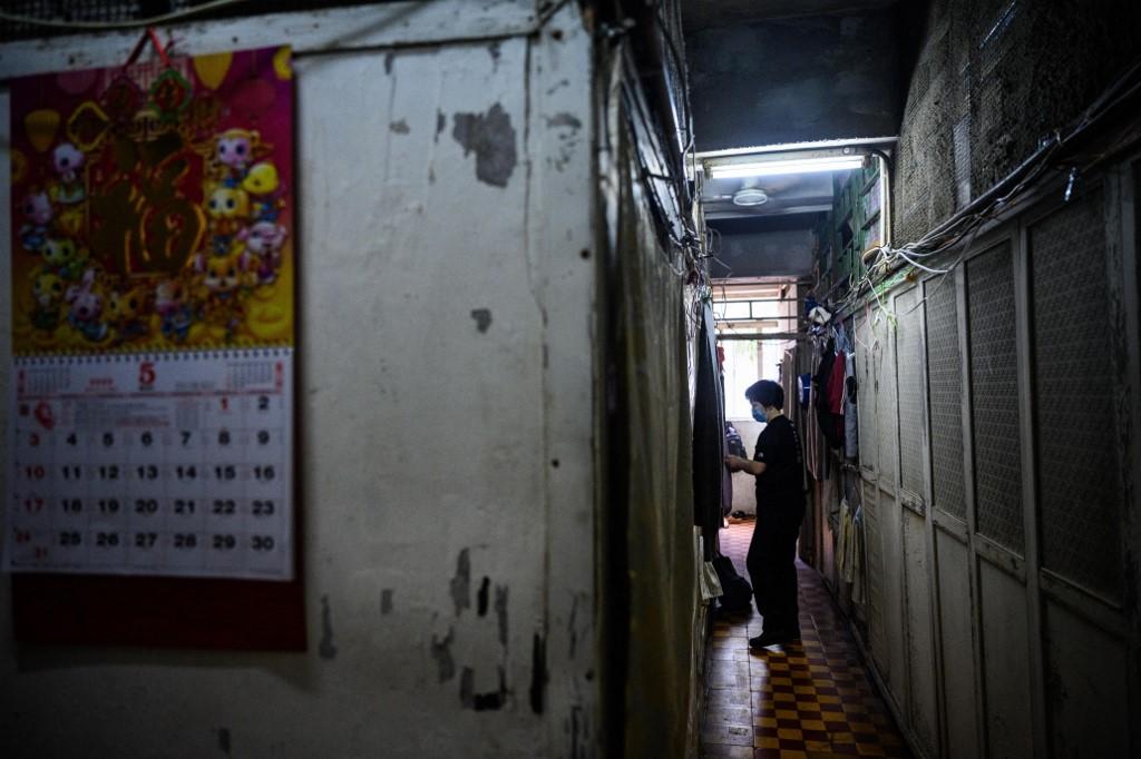 香港一座公寓楼内狭窄的公共走廊。(图: AFP)