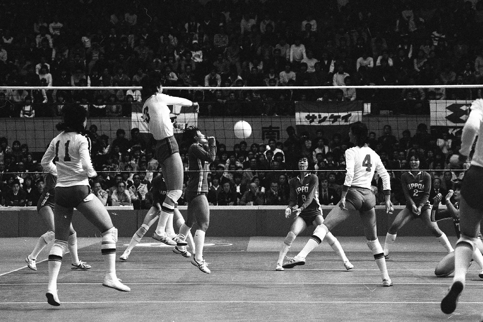 """80年代的""""女排精神""""强调的是民族主义和集体主义。图为1981年11月16日,在日本大阪举行的女排世界杯上,中日两队在决赛中相遇。(图: AFP)"""