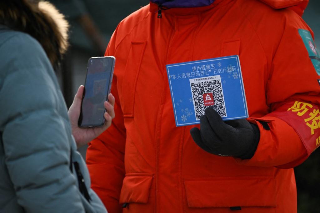 2021年1月12日,民众在进入北京一家户外溜冰场前需扫描健康码。(图: AFP)