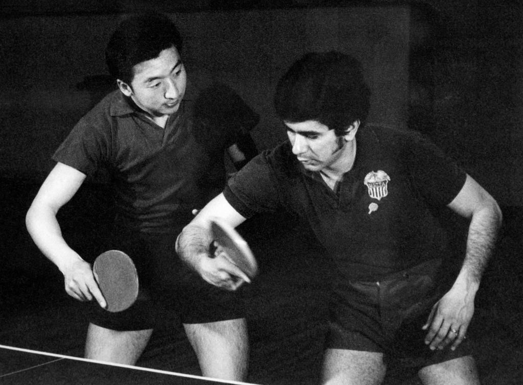 """1971年,毛泽东运用""""乒乓外交""""打破美中僵局。图为1971年4月,美国乒乓球队访问中国期间,美中两国乒乓球运动员一起训练。(图:AFP)"""