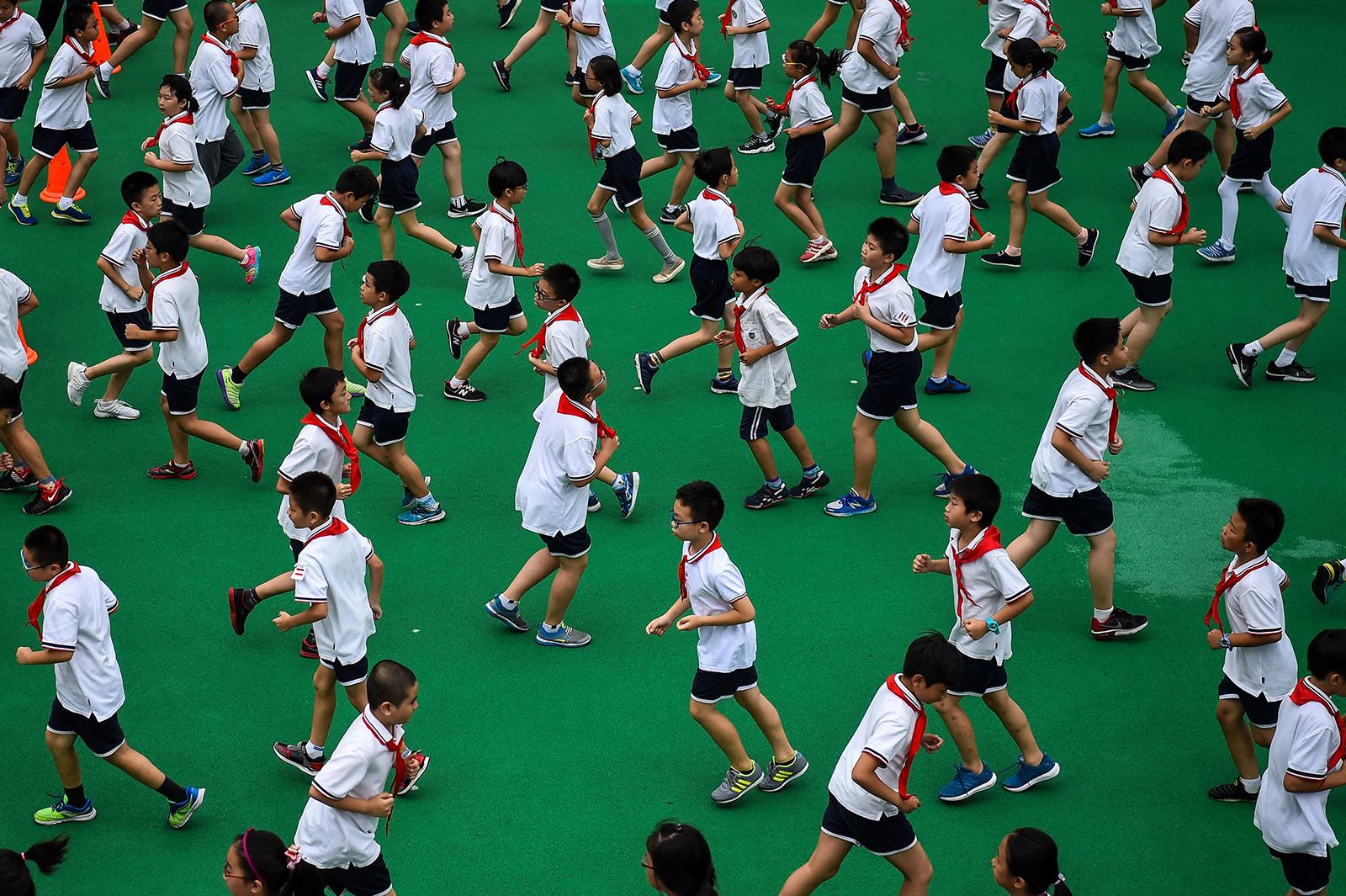 2017年9月27日,上海一所小学的学生们正在进行体育锻炼。(图:AFP)