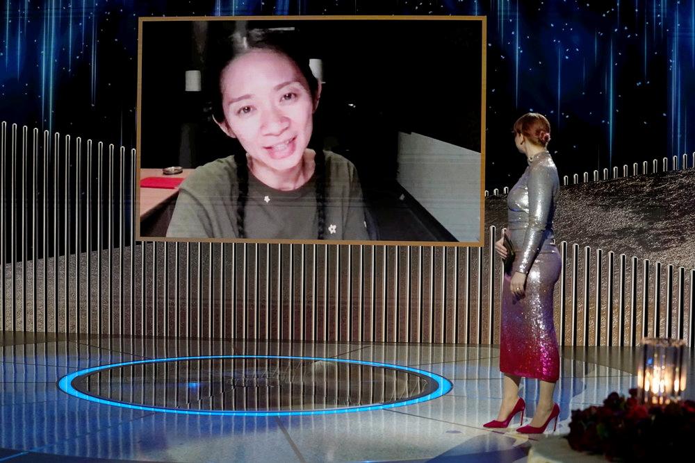 金球奖颁奖典礼上,凭借电影《无依之地》获得最佳导演奖的赵婷透过网络连线发表得奖感言。(图:AFP)