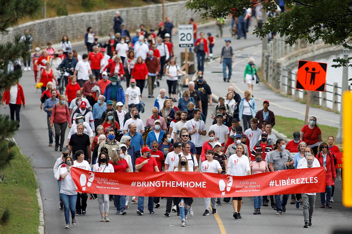 """加拿大人民在渥太华为被中国以""""涉嫌间谍行为""""拘押超过千日的麦克尔和康民凯上街抗议"""
