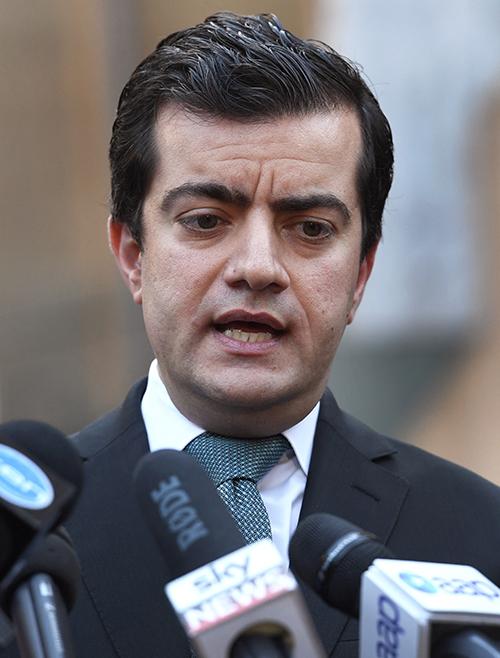 澳洲的参议员邓森因被发现收受华裔富商周泽荣的资助公开道歉
